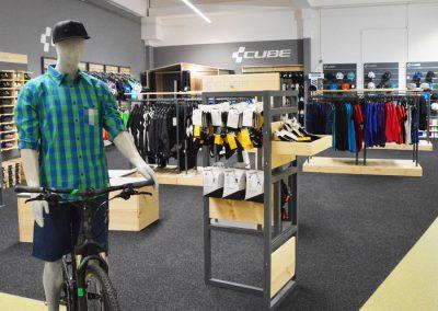 Abteilung CUBE Wear Fahrradbekleidung, Schuhe und Fahrradzubehör im Cube Store Zella-Mehlis