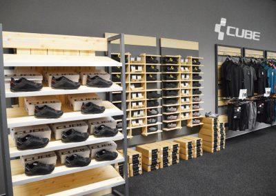 Abteilung mit CUBE Schuhen und Fahrradbekleidung im Cube Store Zella-Mehlis