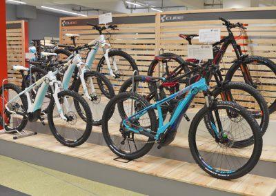 Ausstellerfläche mit CUBE E-Bikes verschiedene Modelle und Farben im Cube Store Zella-Mehlis