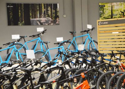Ausstellerfläche mit CUBE Bikes verschiedene Modelle und Farben im Cube Store Zella-Mehlis