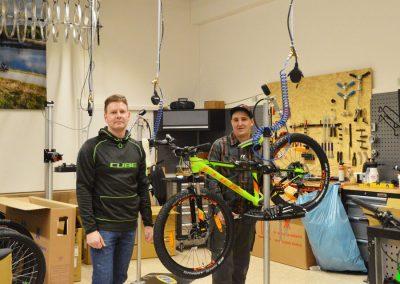 Mitarbeiter der CUBE Fahrradwerkstatt beim Prüfen eines Cube Bikes im Cube Store Zella-MEhlis